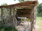 Auvent en bois flotté pour profiter de l'extérieur toute l'année.