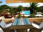 Amplia terraza con vistas a la piscina.