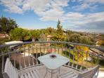 Dettaglio balcone camera matrimoniale 'Suite' con vista città e giardino