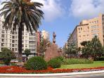 Situado en la Plaza de España, lugar de encuentro donde disfrutar de terrazas todo el año.