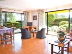 Salón- comedor con terraza y jardín