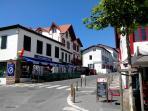 Commerces et banque sur la place du village