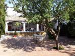bonito patio andaluz con piscina, porche, sombrillas y tumbonas, 2 barbacoas, mobiliario, ping-pong