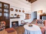Acogedor salón con chimenea y cocina integrada