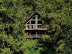07MF Spectacular Lakefront Chalet with a Private Hot Tub