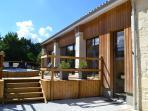 Terrasse avec piscine et espace bien-être