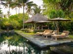 Villa Belong Dua - Pool chairs and bale