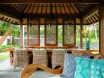 Villa Semarapura - Dining room and sofas