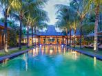 Villa Shambala - Poolside by night