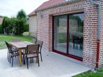 Terrasse avec mobilier de jardin. Jardin privatif.