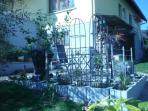 La petite terrasse vue du bas du jardin