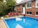 A COZY COTTAGE+POOL OASIS IN GREATER TORONTO : FREE WIFI,MOVIES, PARKING,PHONE