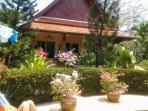 la villa avec sa terrasse avec vue sur la piscine et le jardin