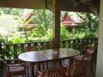 Coin repas sur une terrasse de la villa avec vue d ensemble sur la propriete
