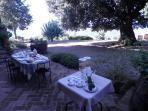 Colazione in giardino vista lago Trasimeno