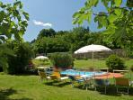 giardino con visto piscina