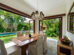 Villa Kalimaya II - Dining table with view to garden