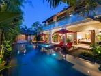 Villa Kalimaya IV - Exterior pool view night