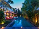 Villa Kalimaya IV - Pool long view dusk