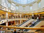 EUROMA2 - con i suoi 200 negozi è considerato uno dei centri commerciali più glamour d'Italia