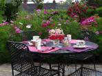 déjeuner dans la roseraie