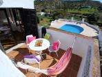 Balkonblick auf den Hauseignen Pool