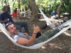 Des visiteurs qui savourent un moment de de repos dans des hamacs.