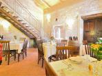 La sala interna del ristorante, ricavata tra le lamie (archetti caratteristici) dell'antico palmento