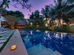 Villa Sabana - Pool area with candles at dusk