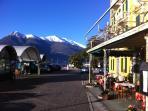 In het ochtend zonnetje met een cafe latte op het terras. Wat wil een mens nog meer.