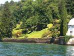 Onderweg zie je vanaf de boot de meest mooie villa's en tuinen, zoals deze bij Bellaggio.