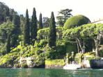De tuinen van de villa's langs het meer zijn indrukwekkend met veel subtropische planten en bomen.