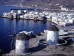 The center of Mykonos town is 3,5 klm from the house !