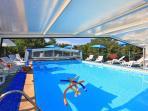 La piscine chauffée au minimum à 29° même en hiver et couverte