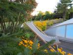 La piscine couverte dans le jardin