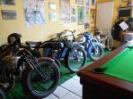 l'expo de motos d'avant-guerre dans la salle de billard libre d'accès