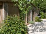 entrée de la deuxième cabane Espace et calme d'un jardin privé pour profiter de l'environnement