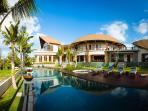 Villa Umah Daun - Pool lounge chairs