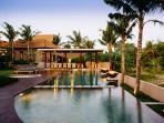 Villa Umah Daun - Pool and outdoor dining at dusk