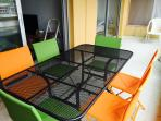 Terrasse spacieuse de 11 m² avec grande table ou six personnes peuvent manger.