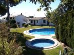 Vista de las dos piscinas y el jardín comunitario