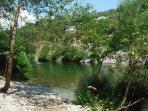 petite plage à la rivière