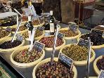 Stand d'olives sur le marché