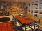 Salón bodega con chimenea, cocina y aseo