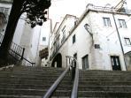 Dédale de ruelles et escaliers situé au pied de l'immeuble ...typique !