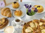 Colazione all'italiana con cappuccino,caffè,cornetti,torte ed altro