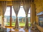 Sala de estar, com lareira e paisagem sobe a serra amarela e serra do Soajo.
