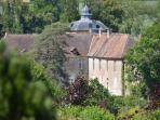 Le château de Vésigneux. On le voit depuis le jardin.