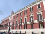 Palazzo ottocentesco della Prefettura a 3 minuti a piedi da Nirvana House