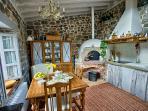 Cocina con horno antiguo de leña para hacer pan...